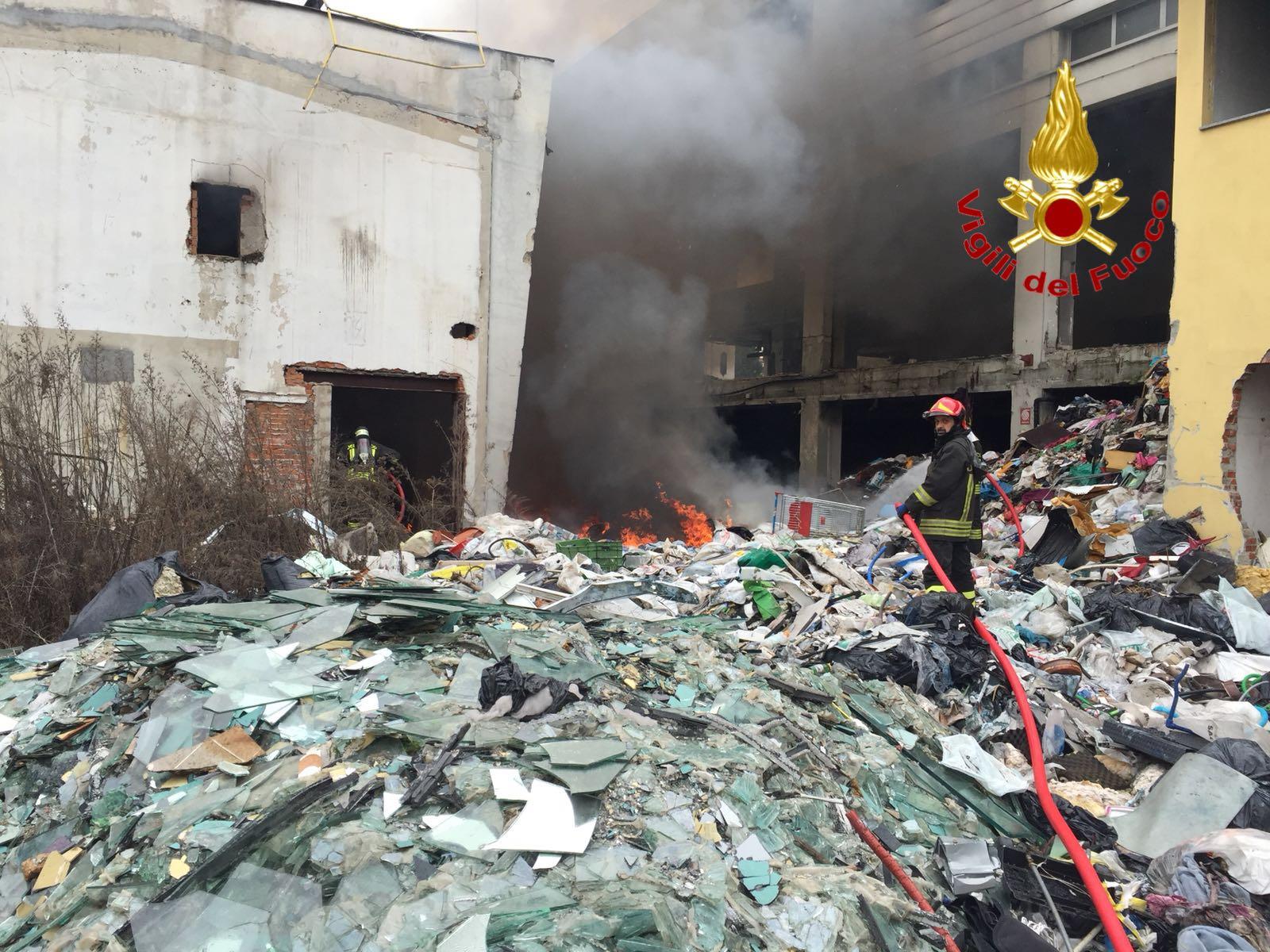 incendio capannone via Grassi 2